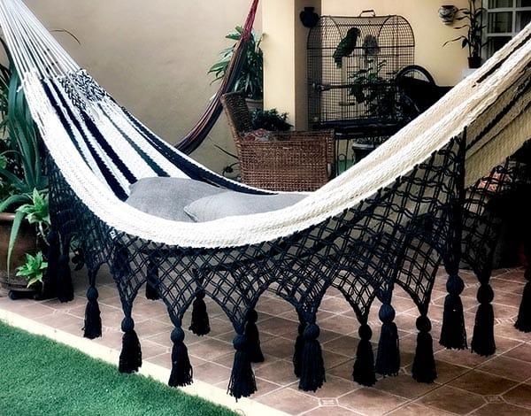 hamaca blanco y negro con borlas